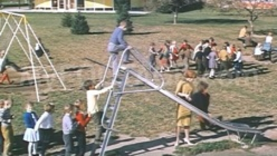 1950S CHILDREN IN PLAYGROUND